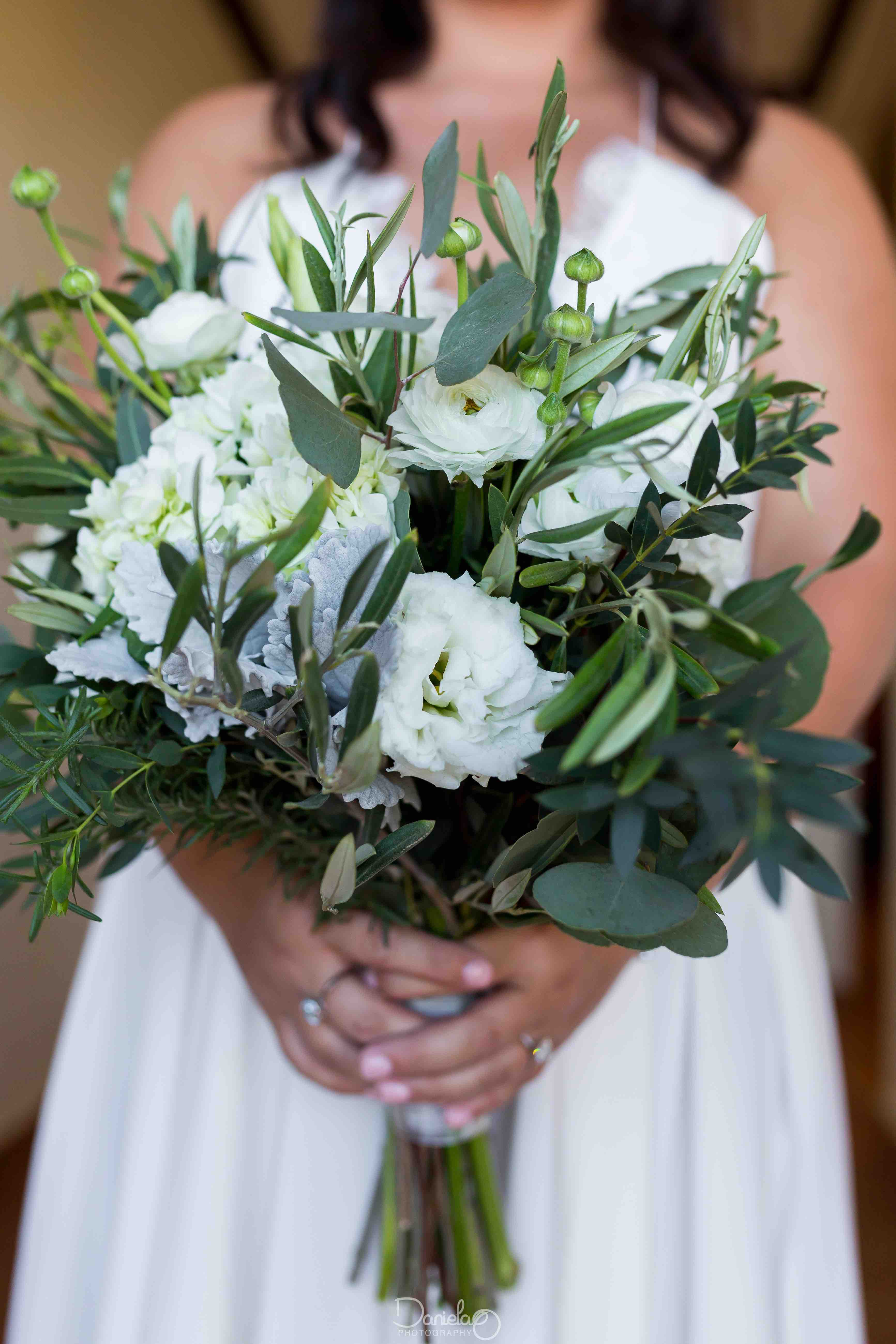 Cabo flowers and cakes the cabo floral and cake experts our beautiful bride ellie knew exactly what she wanted her bouquet to look likenatural leafy green white only and very fresh and romantic izmirmasajfo